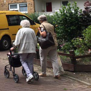 Zwei ältere Frauen von hinten.