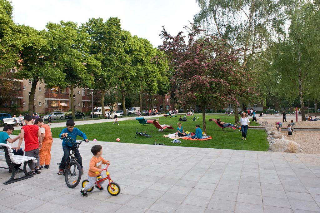 Letteplatz on Berlin, Kinder und Erwachsene spielen und sind beisammen.